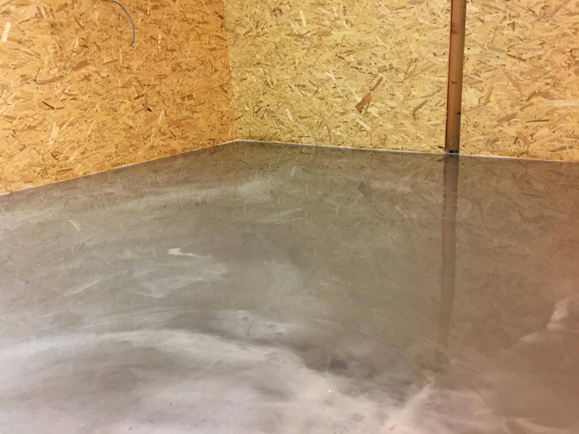 Egaliseren van vloeren voor gladde afwerking met vloercoating - Mengen tegelvloeren ...