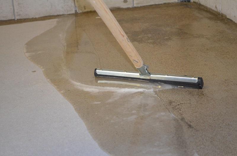 Primeren met epoxy op beton en cement vloeren polyestershoppen.nl